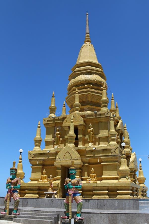 Statua di Giants che custodice la pagoda dorata del SOR di Laem, nel divieto Lamai, Ko immagine stock libera da diritti