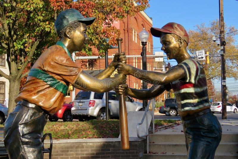 Statua di giovani giocatori di baseball fotografie stock libere da diritti