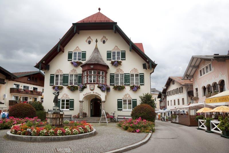 Statua di giovani Mozart e townhall su Mozartplatz in st Gilgen immagini stock