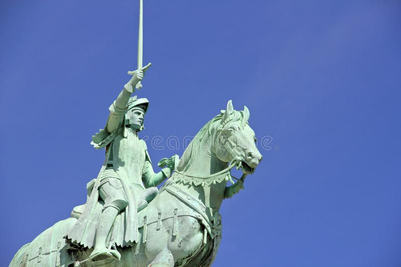Statua di Giovanna d'Arco a Sacre Coeur a Parigi Francia fotografie stock libere da diritti