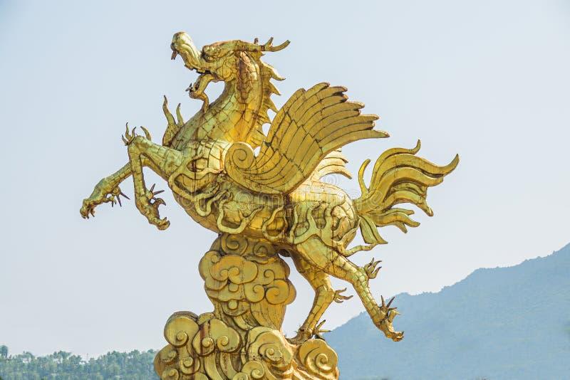 Statua di grande drago dorato immagine stock libera da diritti