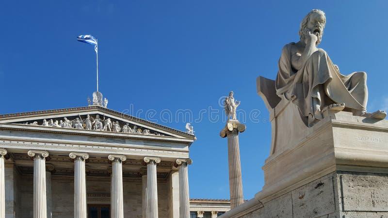 Statua di grande filosofo greco Socrates davanti all'accademia di Atene fotografia stock libera da diritti