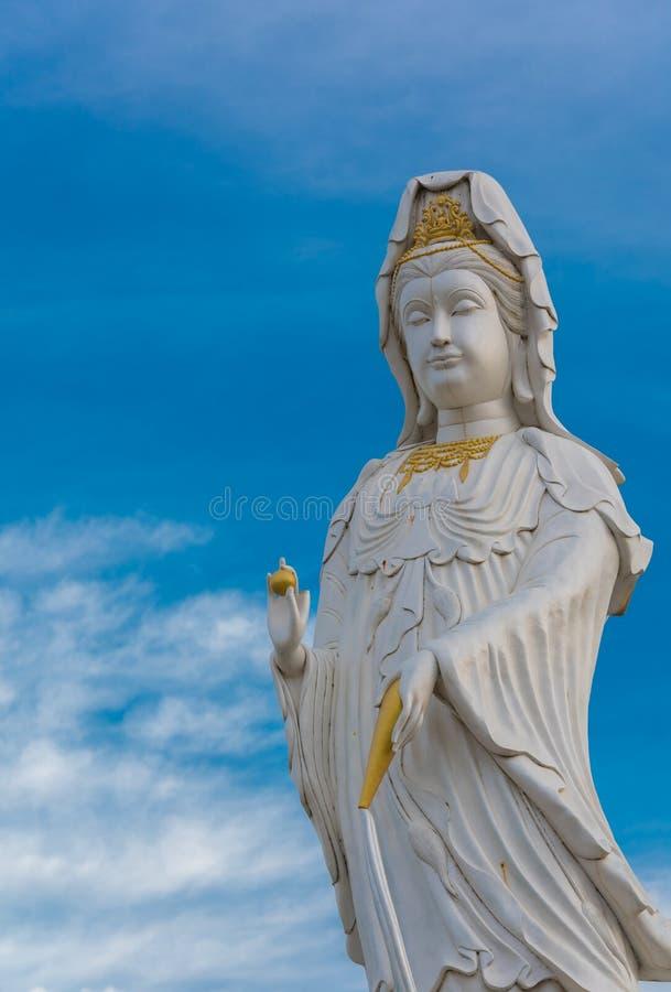 Statua di Guanyin Buddha su cielo blu fotografia stock libera da diritti