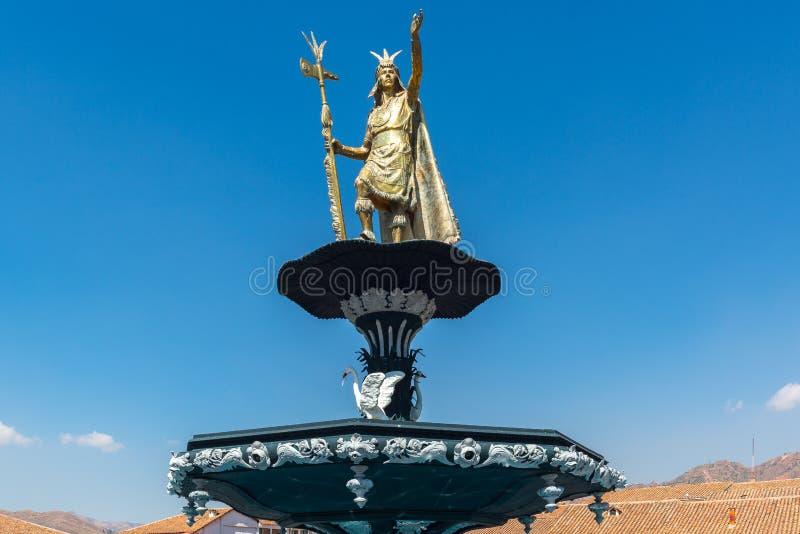 Statua di Inca Pachacutec sulla fontana di Plaza de Armas, Cuzco, Perù fotografia stock libera da diritti
