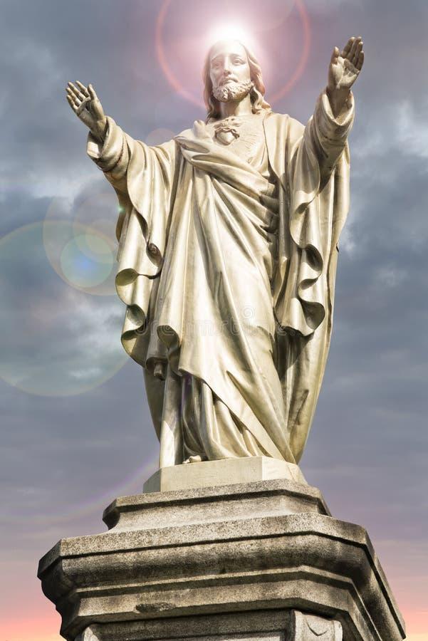 Statua di Jesus Christ con l'alone sulla sua testa immagini stock libere da diritti