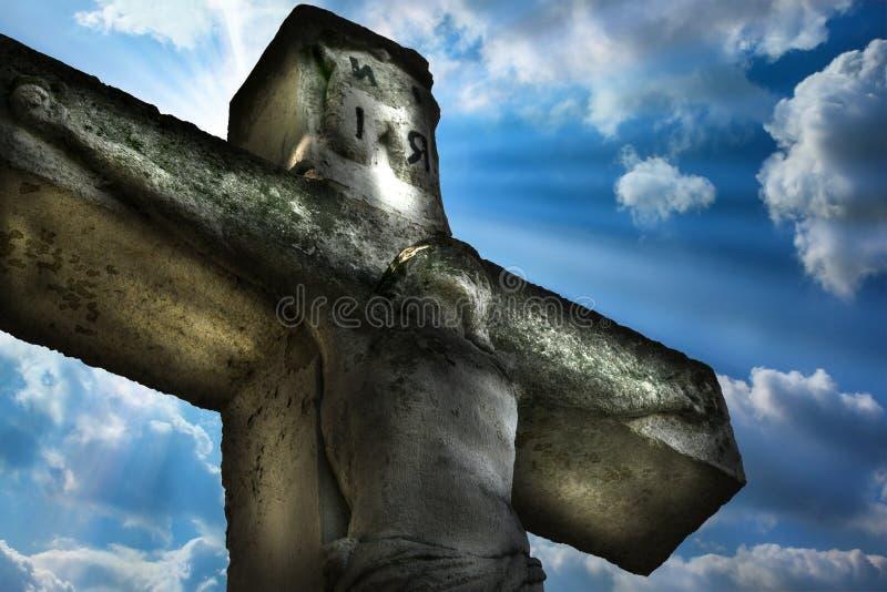 Statua di Jesus Christ Crucifixion Jesus Christ sui precedenti del cielo e sulla luce naturale immagine stock libera da diritti