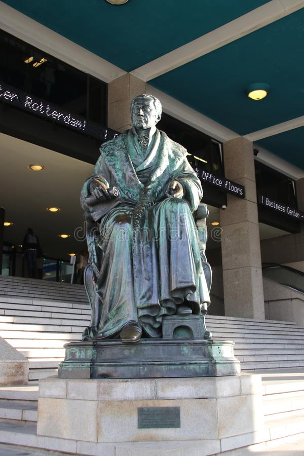 Statua di Karel van Hogendorp all'entrata del World Trade Center a Rotterdam del centro, nominata Beurs in mezzo a ci immagini stock libere da diritti