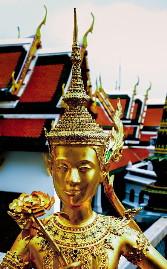 Statua di Kinnara al tempio di Wat Phra Kaew a Bangkok, Tailandia fotografia stock libera da diritti