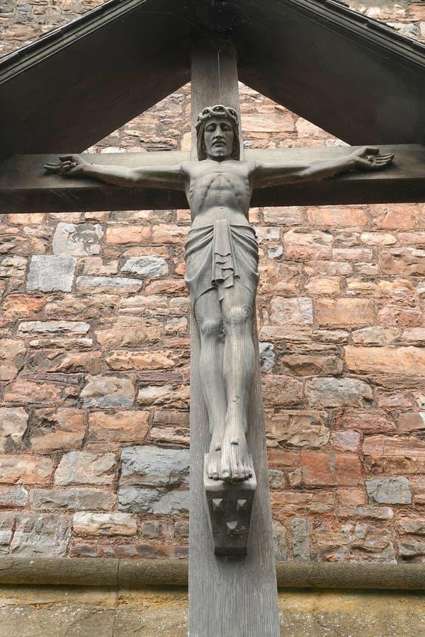 Statua di legno di Cristo sull'incrocio fotografia stock
