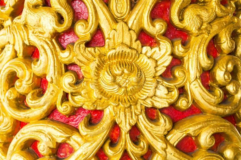 Statua di legno dorata della parete tailandese del tempio fotografia stock