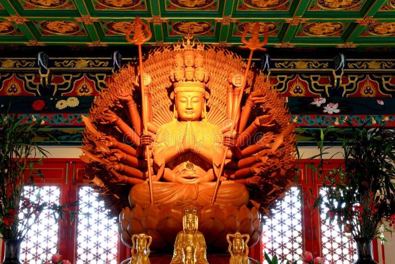 Statua di legno dorata di Guan Yin con 1000 mani fotografia stock
