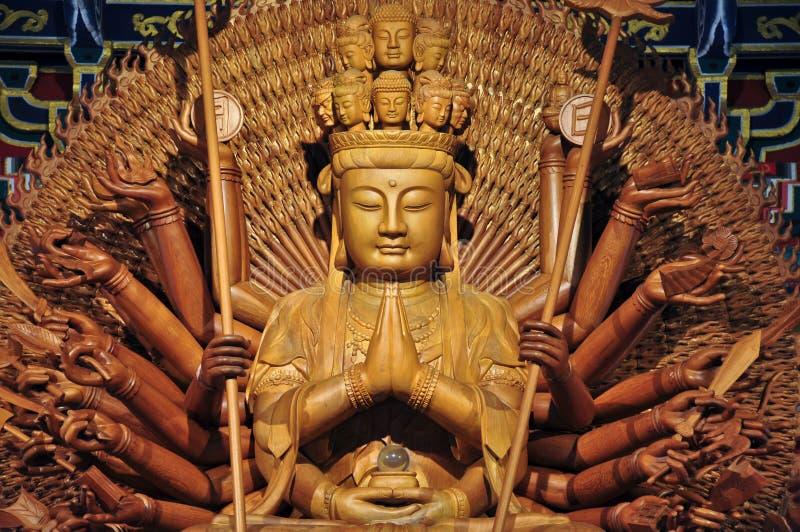 Statua di legno dorata di Guan Yin con 1000 mani immagine stock