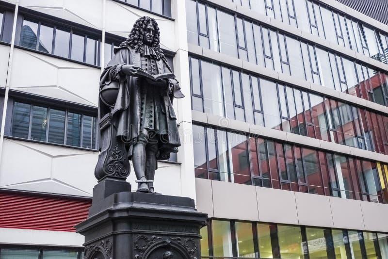 Statua di Leibniz nel campus universitario Lipsia immagini stock