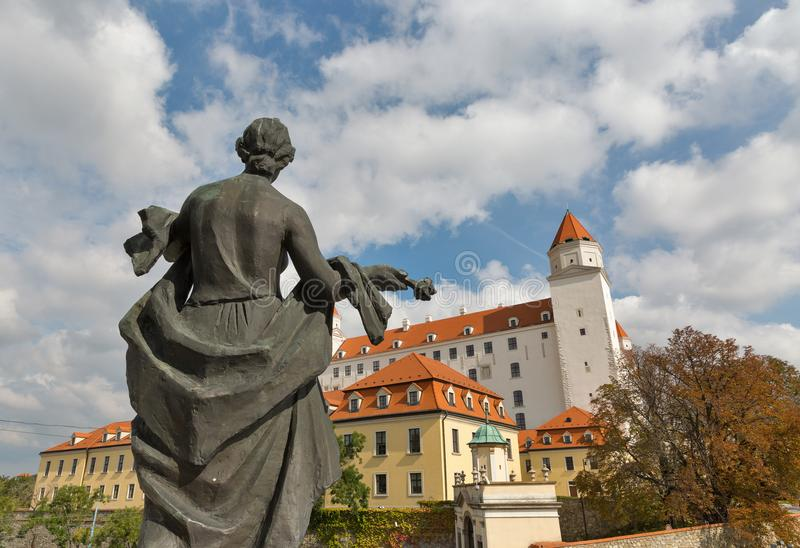 Statua di libertà e castello medievale a Bratislava, Slovacchia fotografia stock