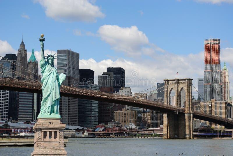 Statua di libertà e dell'orizzonte di New York City fotografie stock libere da diritti