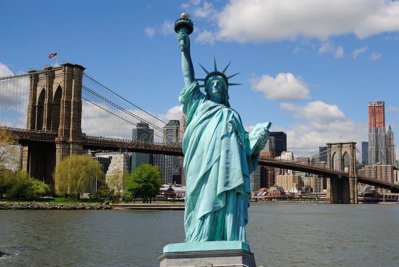 Statua di libertà e dell'orizzonte di New York City immagine stock libera da diritti