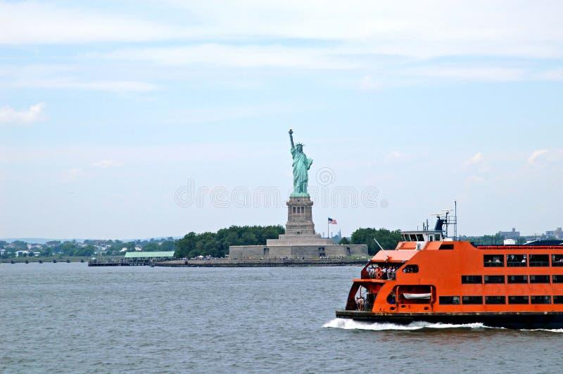 Statua di libertà ed il traghetto immagini stock libere da diritti