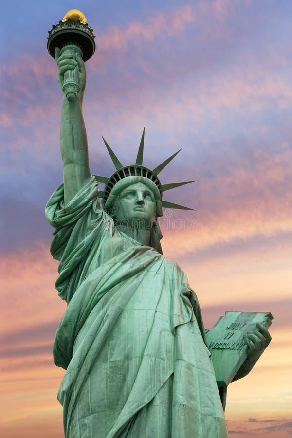 Statua di libertà sotto un cielo chiaro fotografia stock