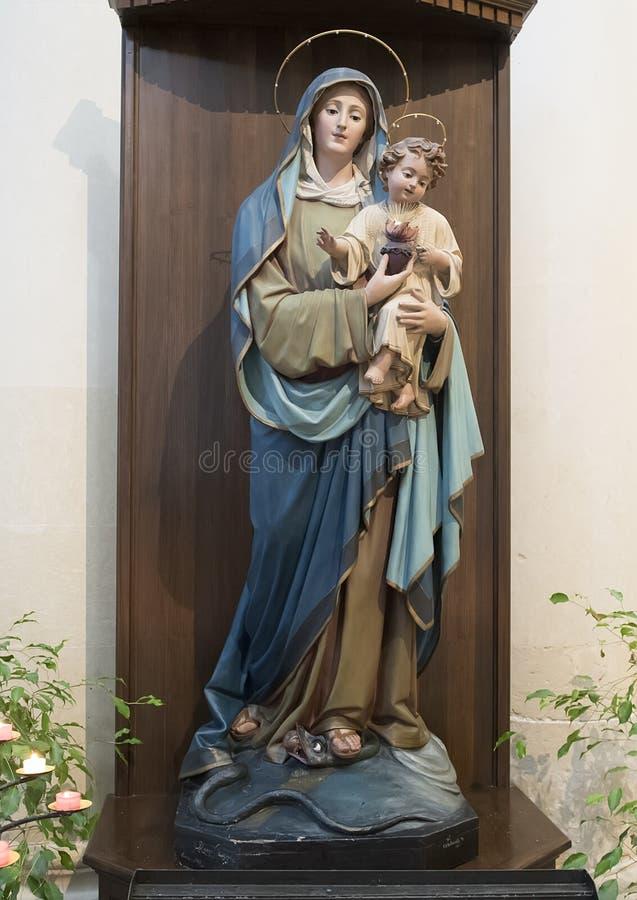 Statua di Madonna e del bambino superiore ad uno degli altari, Di Santa Croce della basilica fotografie stock libere da diritti
