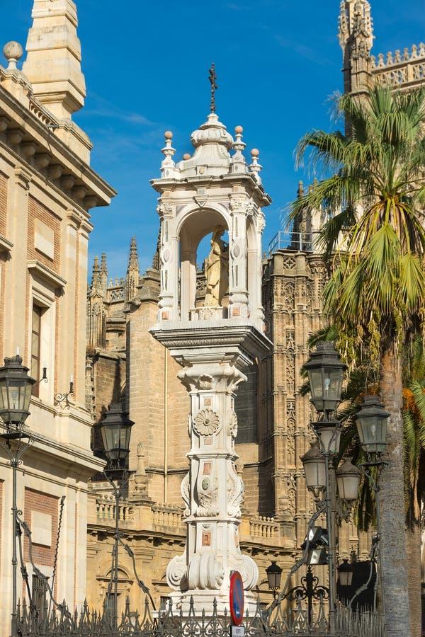 Statua di Maria e di Gesù fuori della cattedrale Spagna di Siviglia fotografia stock libera da diritti