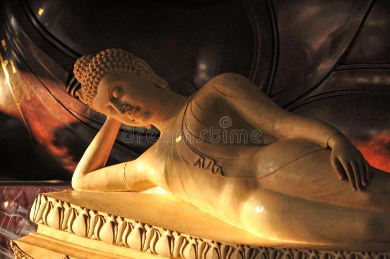 Statua di marmo adagiantesi pacifica di Buddha fotografia stock libera da diritti
