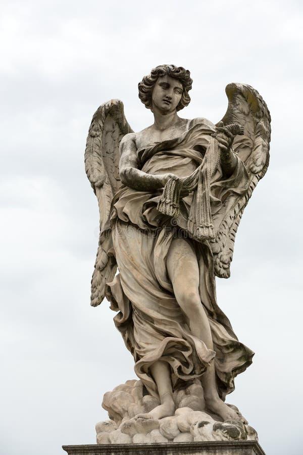 Statua di marmo dell'angelo con le fruste fotografie stock