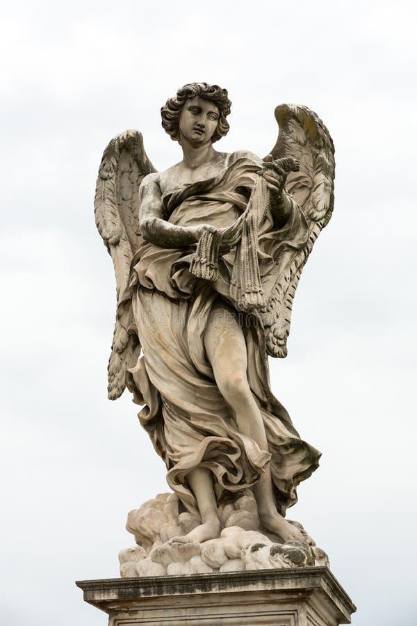 Statua di marmo dell'angelo con le fruste da Lazzaro Morelli dal ` Angelo Bridge di Sant a Roma, fotografia stock