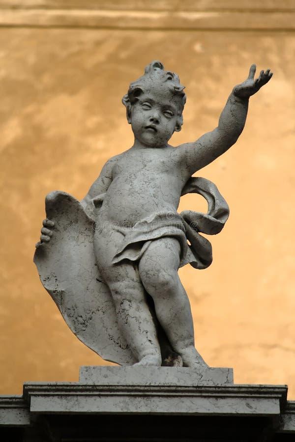 Statua di marmo di un putto (cherub) fotografia stock