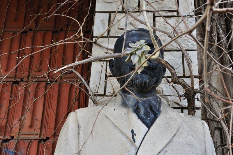Statua di marmo Vandalized dell'uomo non identificato fotografia stock libera da diritti
