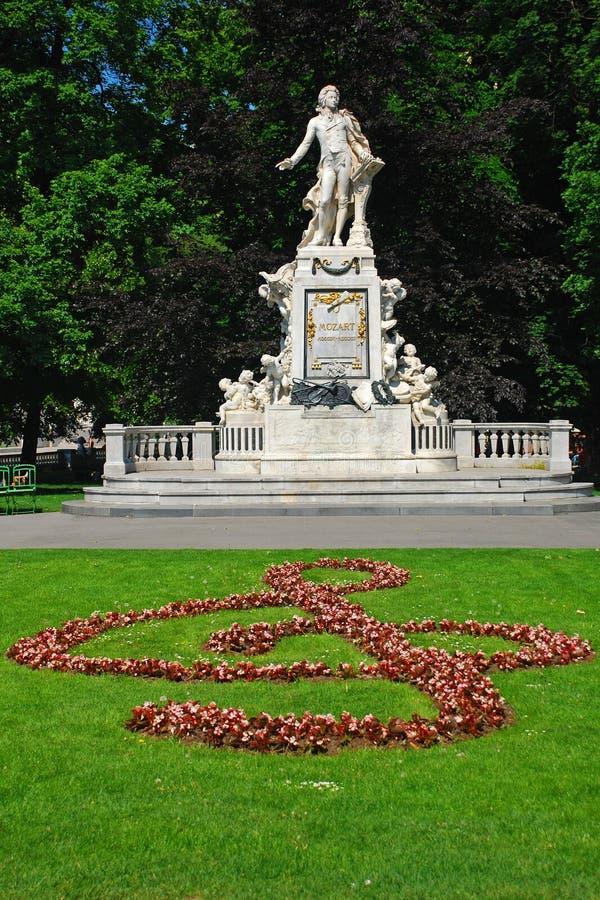 Statua di Mozart nel giardino di Burggarten, Vienna immagini stock libere da diritti