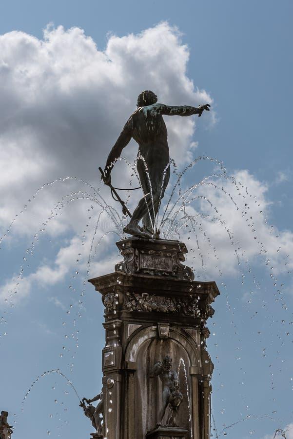 Statua di Nettuno sulla cima di una fontana al castello di Frederiksborg in Danimarca immagini stock