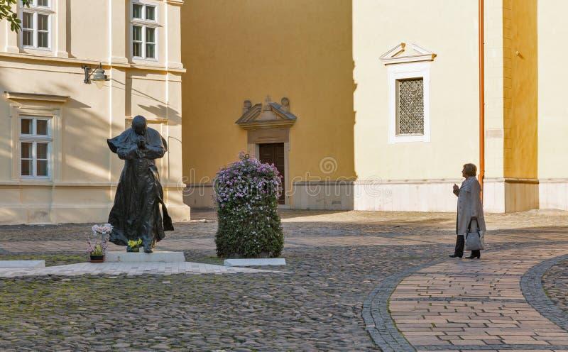 Statua di Papa Giovanni Paolo II vicino alla chiesa di San Nicola in Presov, Slovacchia fotografia stock libera da diritti