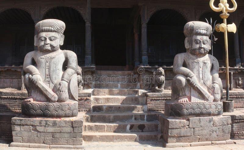 Statua di pietra antica del guerriero al tempio di Shiva sul quadrato di Durbar in Bhaktapur, Kathmandu, Nepal immagine stock libera da diritti