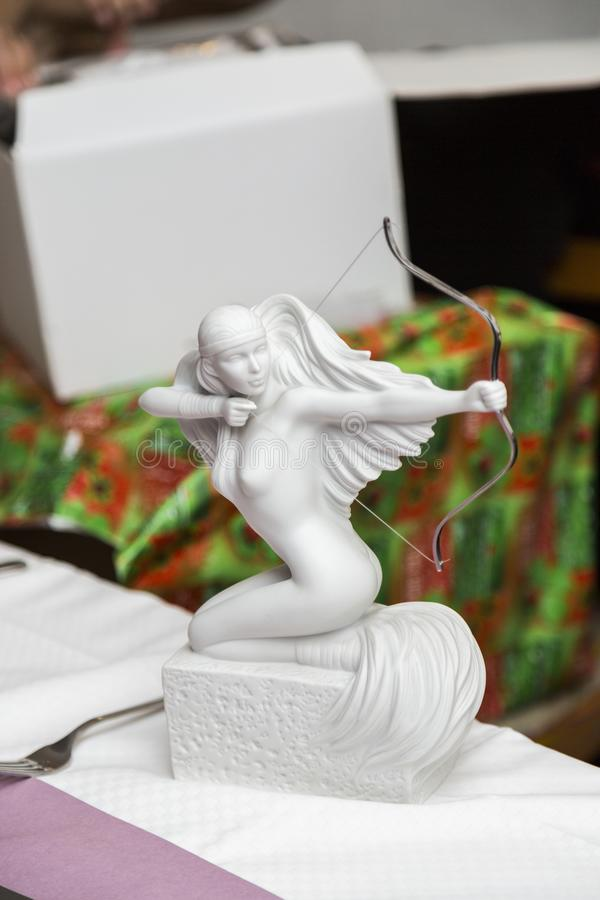 Statua di pietra bianca della donna nuda con l'arco e le frecce come regalo fotografie stock libere da diritti