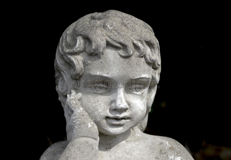 Statua di pietra d'annata del giardino della ragazza con la mano sulla guancia, Th fotografia stock libera da diritti