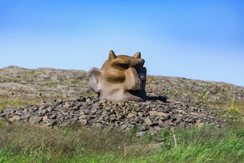 Statua di pietra del troll in Fossatun in Islanda fotografie stock