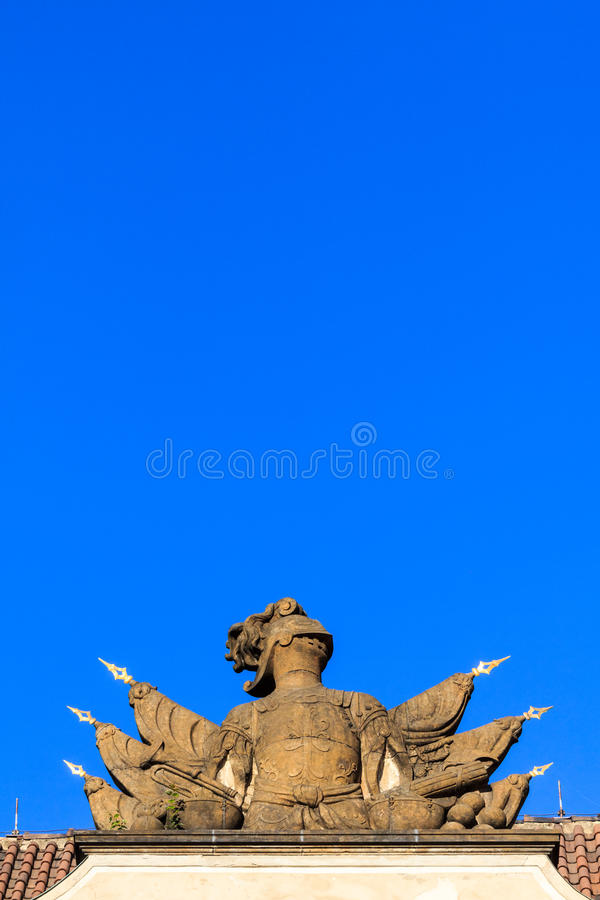 Statua di pietra dell 39 armatura del cavaliere su un tetto - Armatura dell immagine del dio ...
