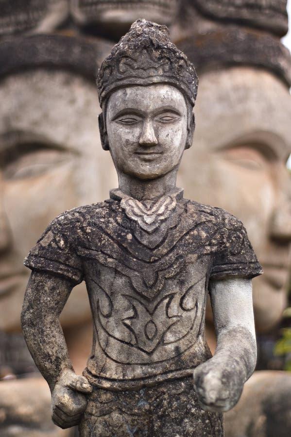 Statua di pietra di influenza buddista nel Laos immagini stock