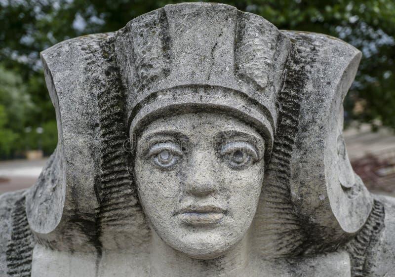 Statua di pietra di una donna con il fronte del faraone fotografia stock libera da diritti