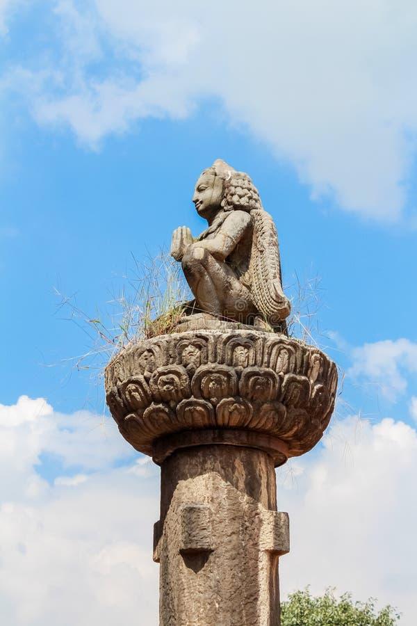 Statua di pietra di Garuda, una grande creatura del tipo di uccello mitica in mitologia indù al quadrato di Durbar, Kathmandu, Ne immagini stock