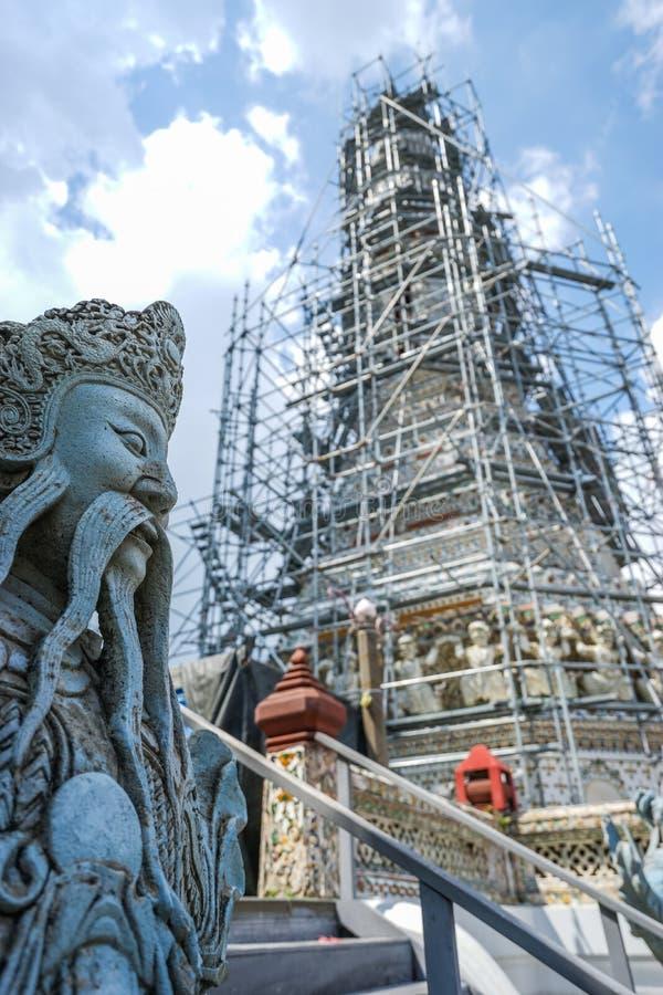 Statua di pietra gigante cinese con la pagoda rinnovata fotografie stock