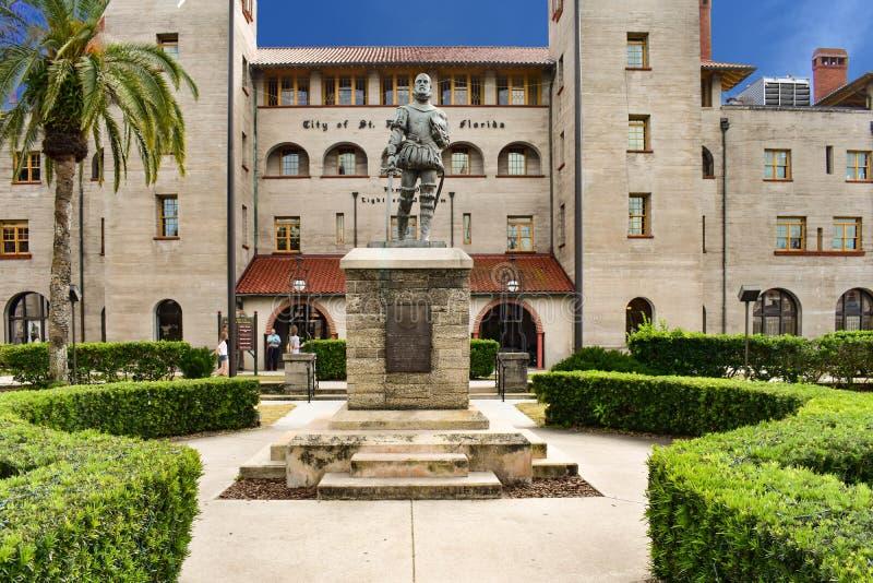 Statua di Ponce de Leon sul fondo del museo di Lightner immagini stock