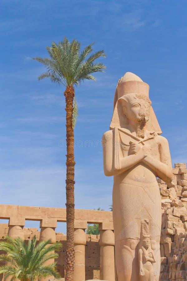 Statua di Rameses II al tempiale di Karnak immagini stock