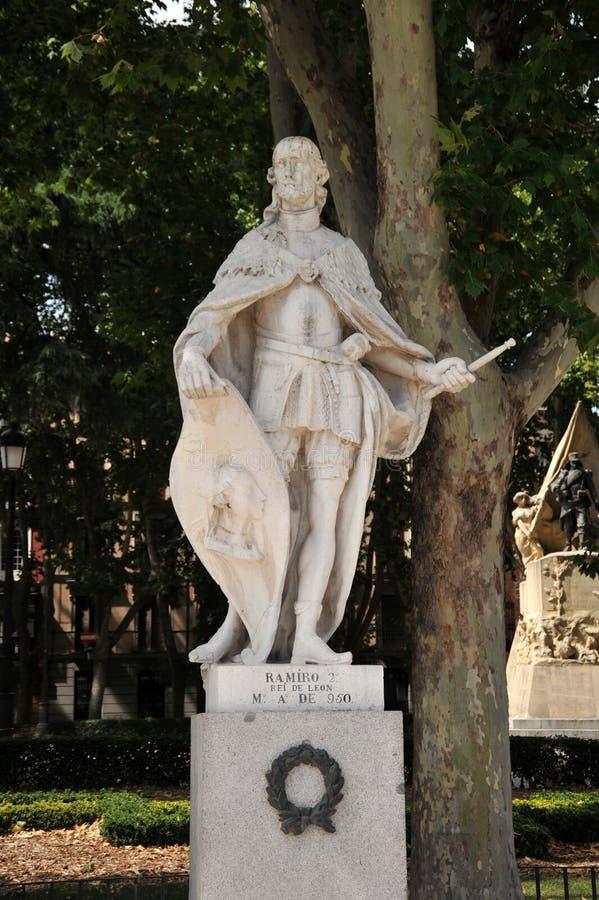 Statua di Ramiro II, re di Leon sul quadrato orientale di Plaza de Oriente a Madrid fotografia stock libera da diritti