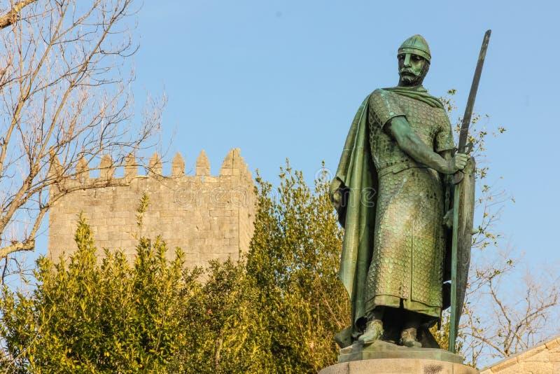 Statua di re Afonso Henriques Guimaraes portugal fotografie stock