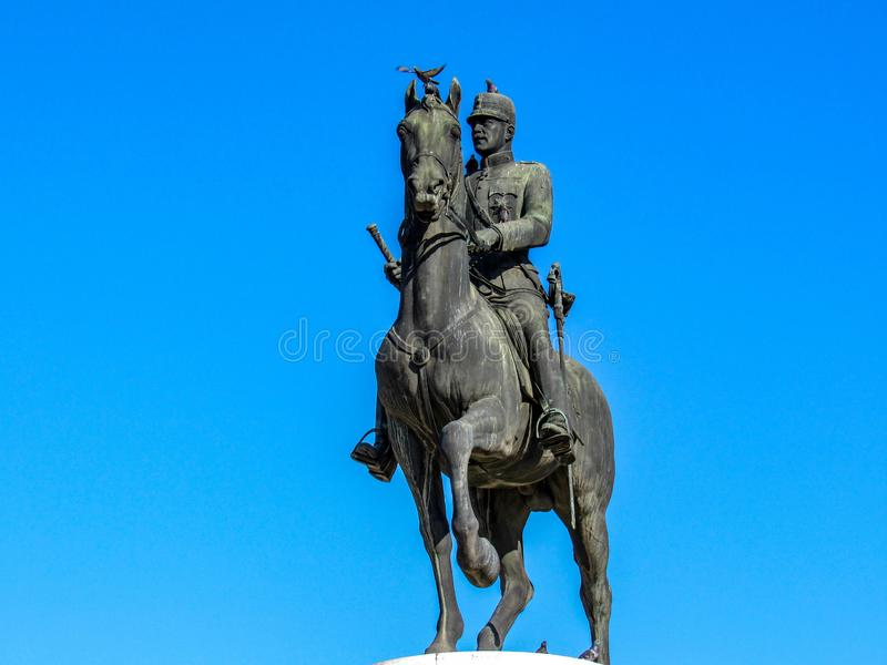 Statua di re Constantine su un cavallo all'entrata centrale del tou Areos, Atene, Grecia di Pedio fotografia stock libera da diritti
