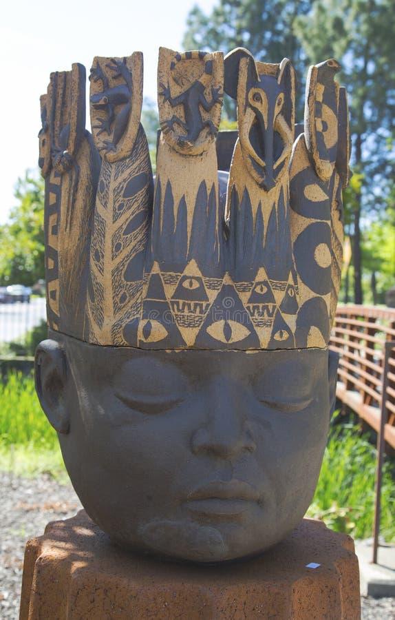 Statua di re Head dall'artista Clayton Thiel alla passeggiata pubblica di arte in città di Yountville immagini stock libere da diritti