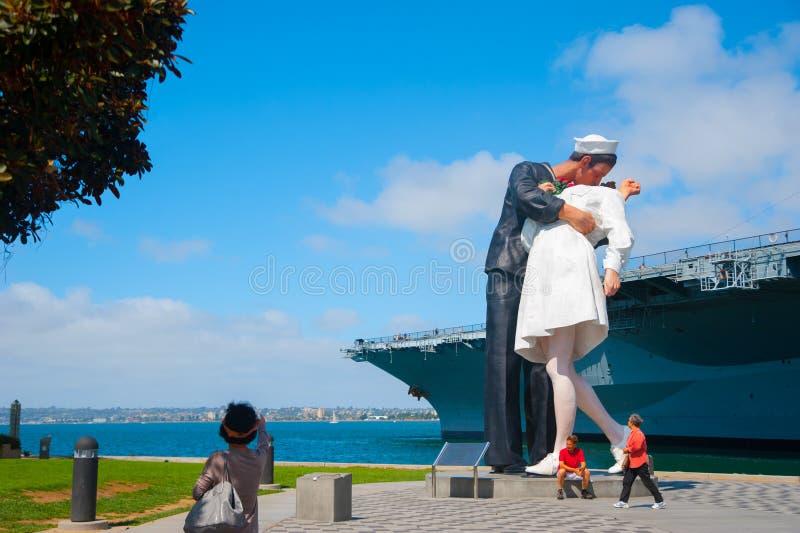 Statua di resa incondizionata a Tuna Harbor Park a San Diego, America Questa cosa massiccia inoltre è chiamata baciare lo sta del fotografie stock libere da diritti