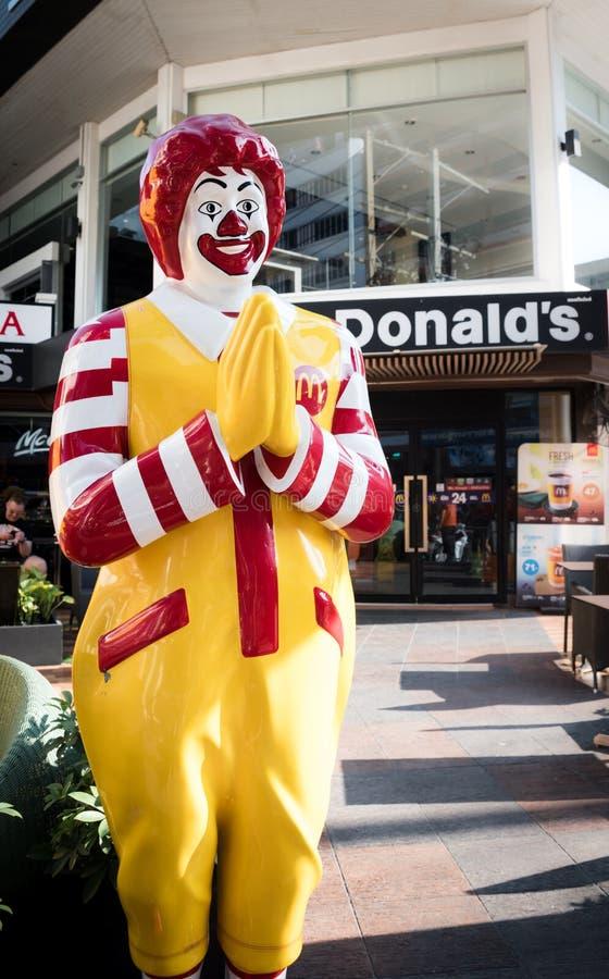 """Statua di Ronald McDonald davanti al ristorante """"di mcdonald """"degli alimenti a rapida preparazione fotografie stock"""