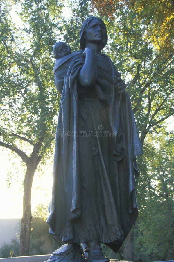 Statua di Sacagawea e del suo figlio fotografie stock libere da diritti